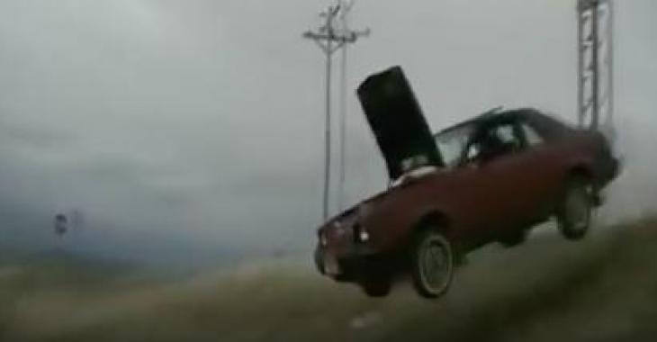 Il démoli sa voiture pour le plaisir; ne tentez pas l'expérience à la maison!
