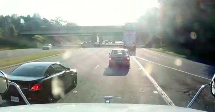 Il se comporte comme un idiot en coupant un camion, mais le karma le ramènera à l'ordre! LOL