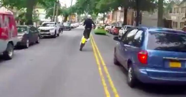 Il s'amuse sur sa moto en pleine ville... vous serez épatés par son talent!