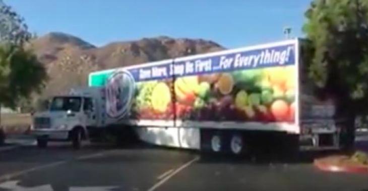 Ce camionneur s'est placé dans une mauvaise posture... il ne voit pas ce qui se passe derrière lui!