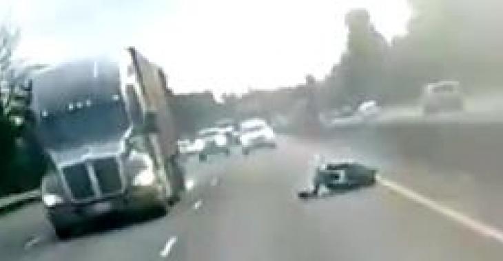 Des images saisissantes d'un accident de moto!