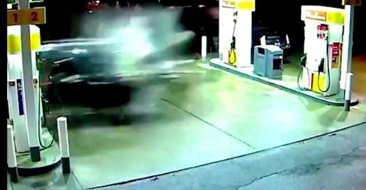 Un automobiliste passe au travers du poste à essence! Les images sont effrayantes!
