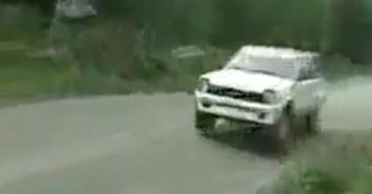 Il perd le contrôle de sa voiture en pleine course de rallye, mais observez bien... il fera quelque chose d'extraordinaire!
