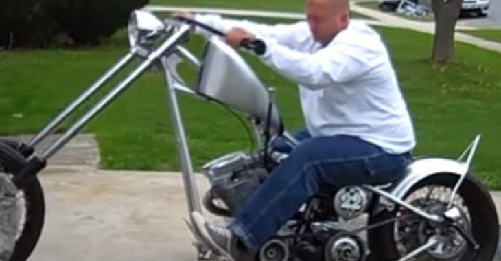 Sa moto Chopper est incroyable mais ses habiletés sont plutôt médiocres, pauvre gars!