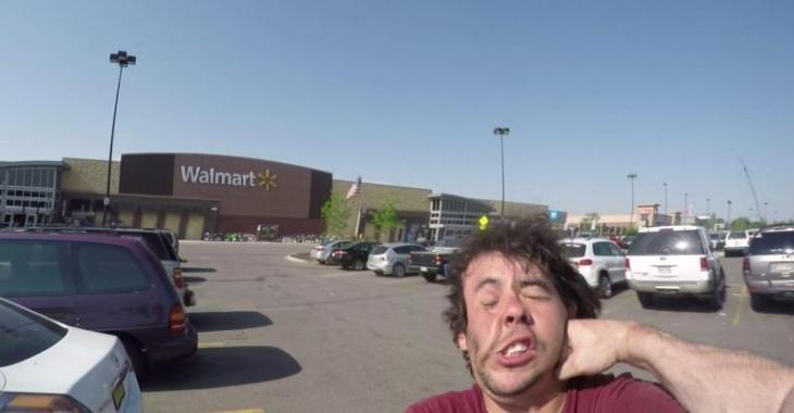 Combat au WalMart entre un motocycliste et un automobiliste, une situation banale qui devient brutale!