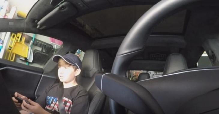 Son père lui joue un tour avec l'auto-pilote de la Tesla!