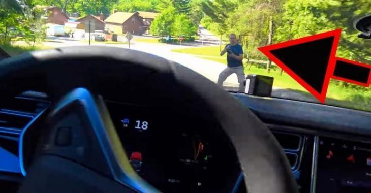 Assez effrayant, il test l'auto-pilote d'une Tesla avec un piéton mais ce n'est pas toujours efficace!