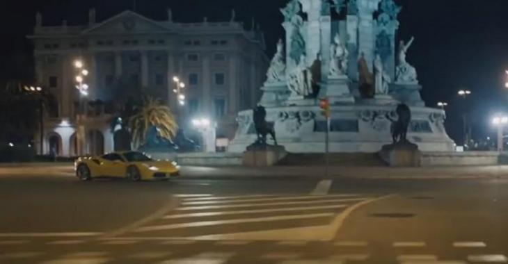 Il se pointe dans une ville déserte avec sa Ferrari 488 GTB, il nous en fait voir de toutes les couleurs!