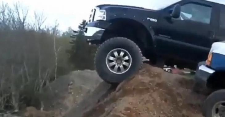 Il calcule mal sa manoeuvre avec son pick-up Ford, la situation tourne au vinaigre!