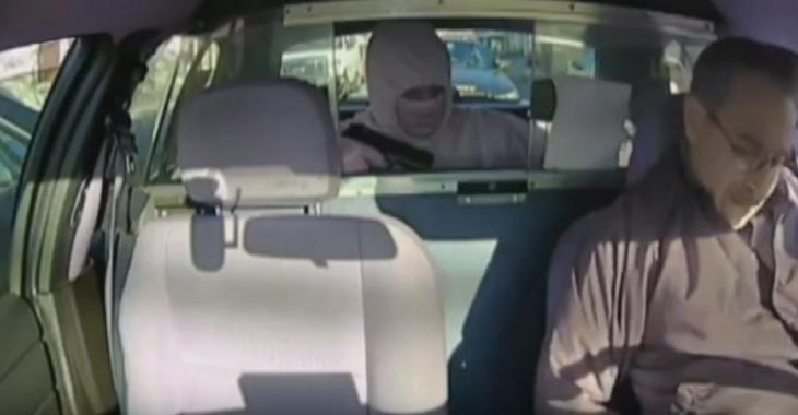 Le pire endroit pour voler un automobiliste? Directement devant un policier!