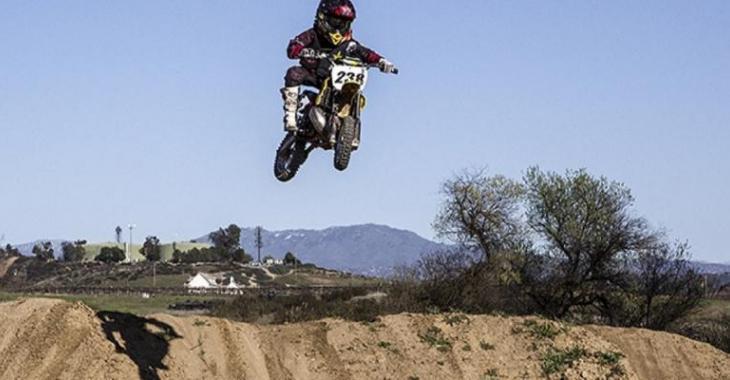 Cet enfant de 10 ans est un PRODIGE sur moto, il est très impressionnant!
