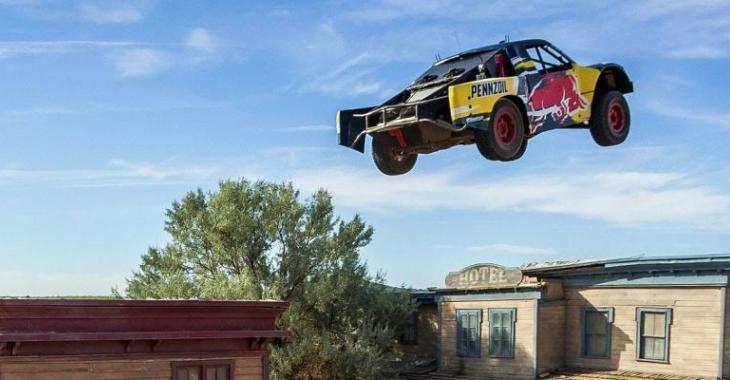 Nouveau record du monde en camion, il passe par-dessus plusieurs bâtiments!