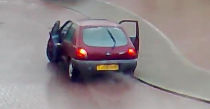 Deux idiotes sautent d'une voiture en marche alors que celle-ci dérape sur la glace.