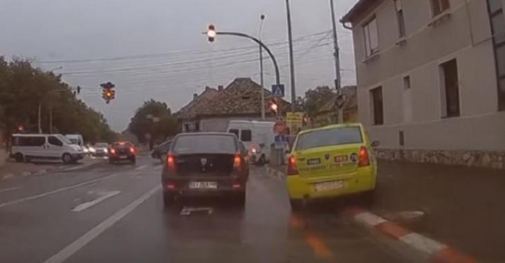 Ce chauffeur de taxi se fait prendre en flagrant délit, il fait une manoeuvre illégale pour déjouer le trafic!