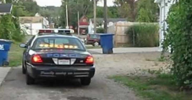 Le policier fait un BURNOUT avec sa voiture, au grand plaisir des spectateurs!