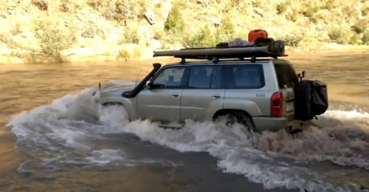 Il essaie de traverser une rivière avec son VUS, mais une surprise l'attend.