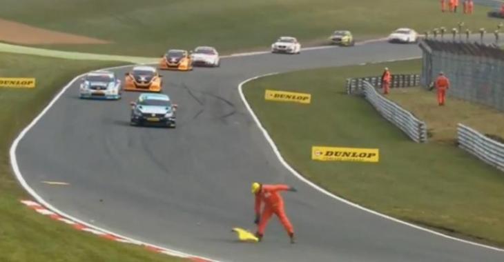 Ce moment lorsqu'il se rend compte qu'il est beaucoup trop au coeur de la course!