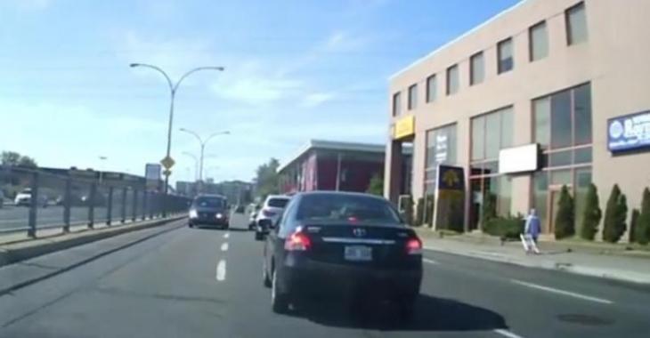Une automobiliste du Québec se retrouve en sens inverse et arrête d'avancer, c'est ridicule!