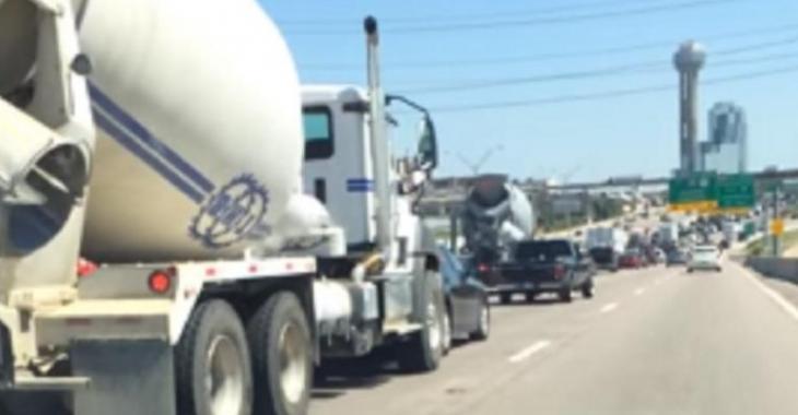 Ce camionneur est beaucoup trop pressé, il pousse carrément la voiture devant lui!