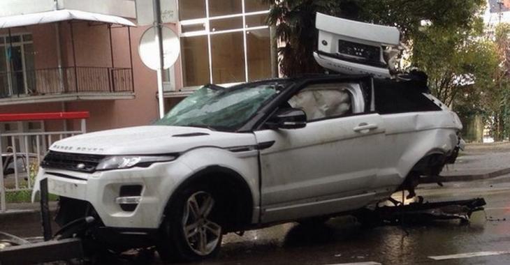 L'accident est tellement brutal, qu'on a l'impression que son Range Rover va s'envoler!