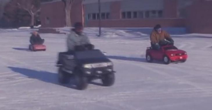 VIDÉO: Course épique entre des Barbie Jeep à moteurs sur la neige!