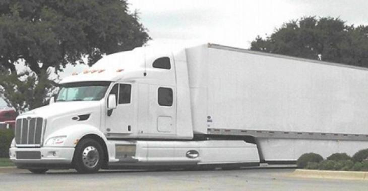 Cet automobiliste traverse l'intersection pendant la lumière rouge, mais un gros camion arrive à pleine vitesse!