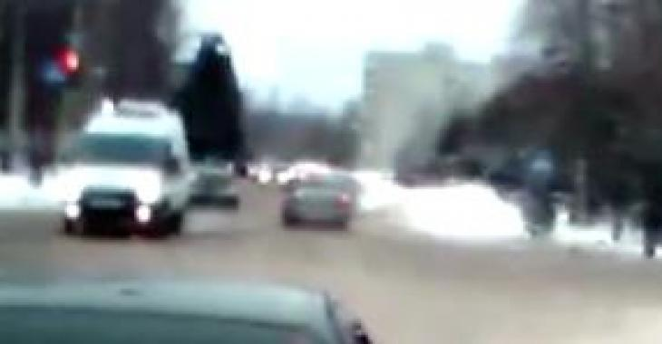 Cette ambulance répond à un appel d'urgence... Ce qui arrive lors de son passage à l'intersection donne froid dans le dos!!!