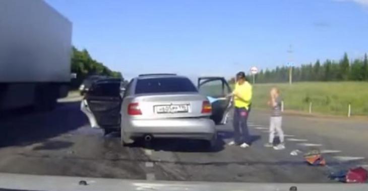 L'idiot du jour cause un accident brutal, à qui revient la faute selon vous?