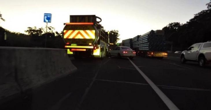 Ce camionneur omet de ralentir devant les voitures arrêtées dans le trafic, l'accident est inévitable!