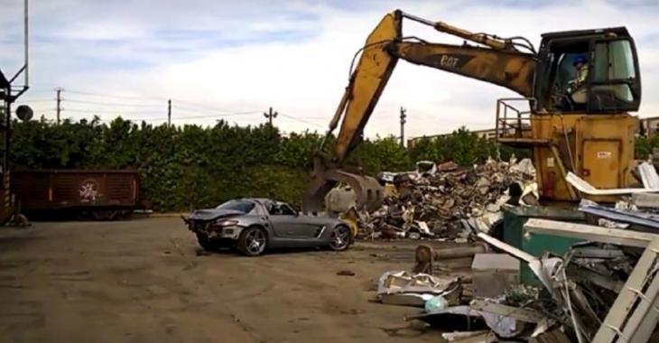 Il détruit sa Mercedes SLS avec de la machinerie lourde, ça fait mal aux yeux!