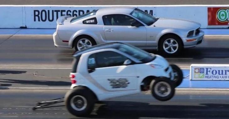 Il se MOQUE totalement de cette Mustang avec sa Smart, l'écart est énorme!