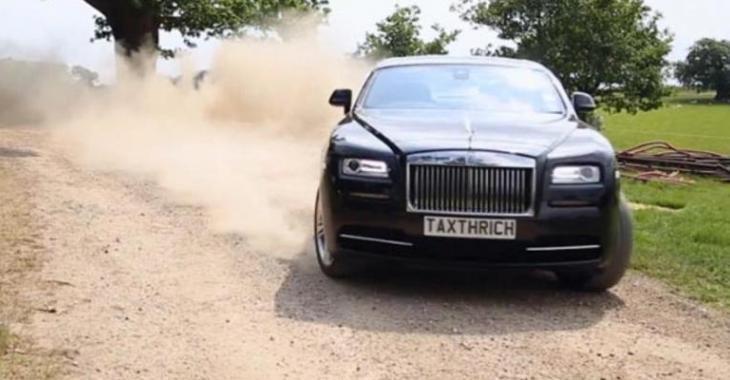 Cet homme traite sa Rolls Royce de 304 000$ comme si c'était une simple voiture!