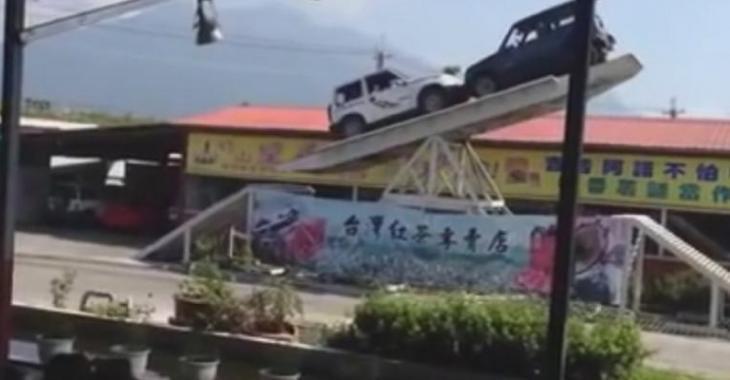 Ce jeu de balance avec des autos est très dangereux, où ont-ils la tête?