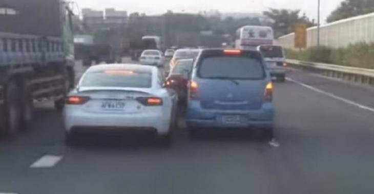 2 automobilistes idiots se bataillent pour la place dans la voie, une guerre de voitures!