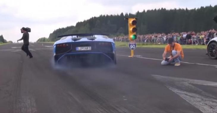 Le cameraman traverse la piste au pire moment possible, mais que fait-il là?