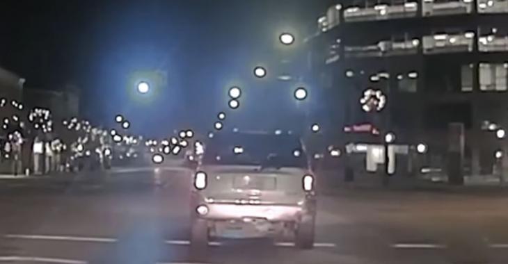 Il fuit les policiers. Quelques minutes plus tard, ils lui sauvent la vie lorsque son véhicule prend feu.