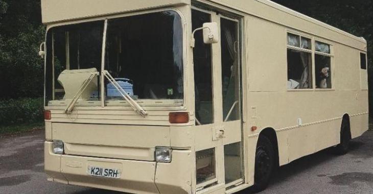 Une famille de 5 personnes habite dans ce bus, voici comment ils font.