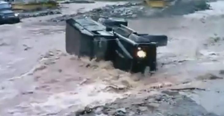 Il tente de traverser cette rivière avec son véhicule mais le courant est trop fort!