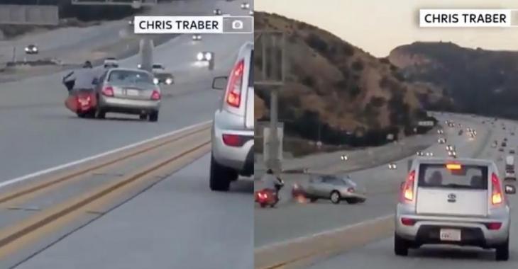 Une voiture essaye de renverser une moto sur l'autoroute mais le regrette immédiatement