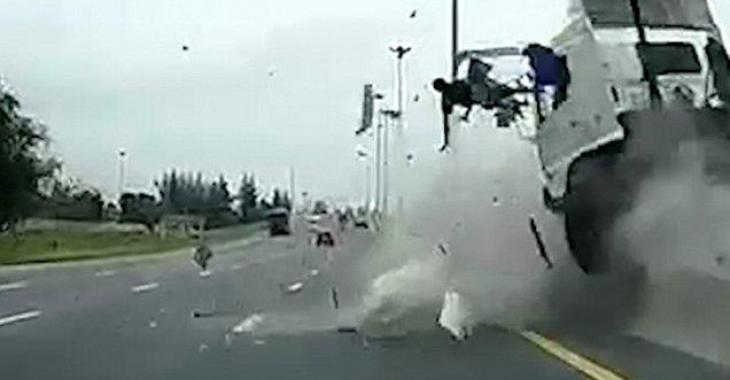 Un conducteur est dramatiquement éjecté de son camion devant une caméra.