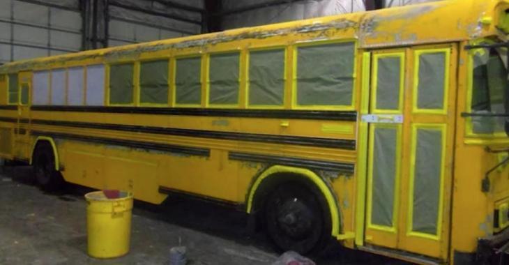 Cet homme vit avec sa femme et leurs 3 enfants dans ce bus scolaire, en voyant l'intérieur on comprend comment ils font.