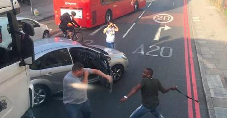 Un épisode de rage au volant extrêmement violent filmée en plein jour.