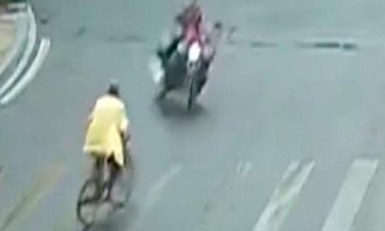 Un motocycliste trop pressé de passer sur une lumière jaune crée tout un accident!