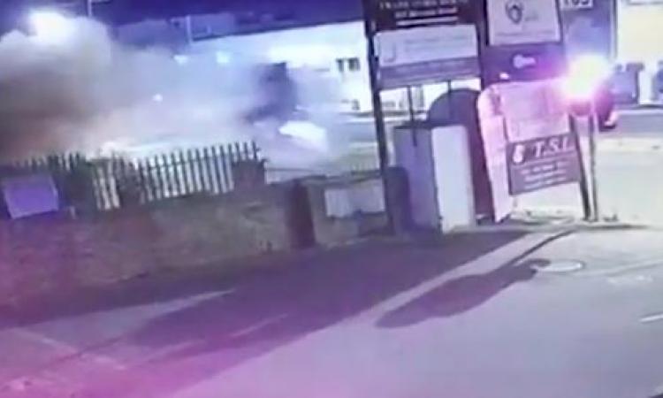 Voici l'accident de voiture le plus violent que vous aurez vu depuis longtemps! Les images font peur!